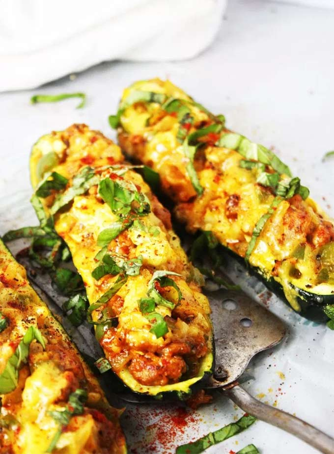 Cheddar and sausage stuffed zucchini boats - recipe by The Garlic Diaries