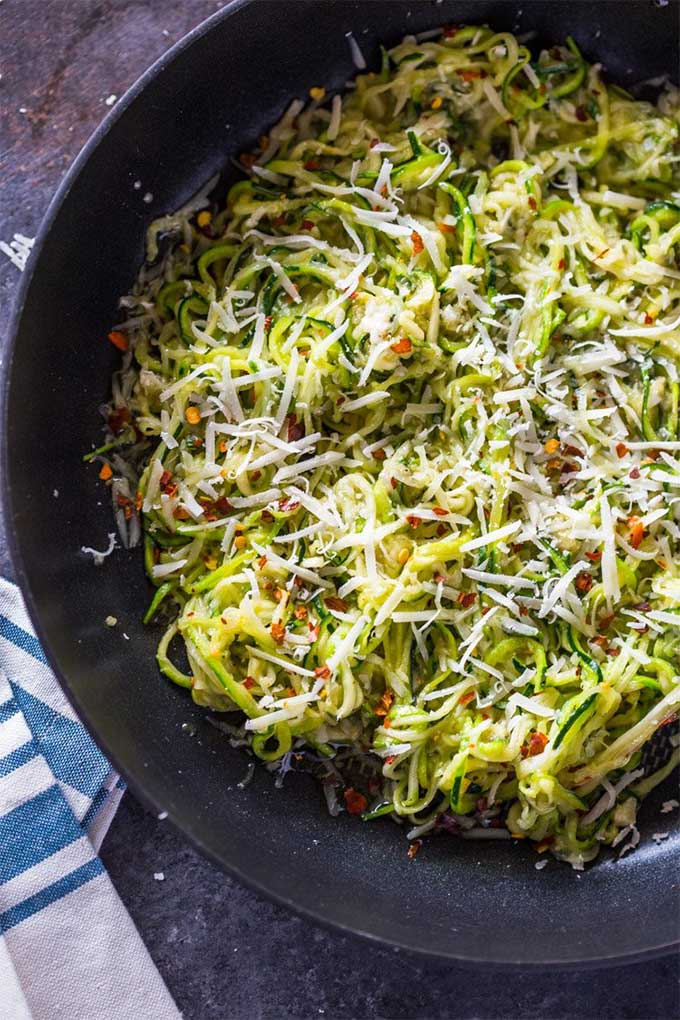 Garlic Parmesan zoodles - recipe by Gimme Delicious Food