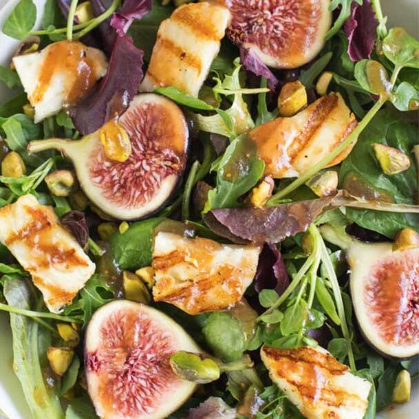 Salad with figs and halloumi cheese